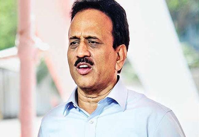 Minister-Girish-Mahajan in alcohol
