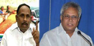 undavalli arun kumar pressure in between YSRCP and Congress