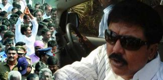 Chintamaneni Prabhakar gives Chocolates to YSRCP leaders at Jagan Padayatra