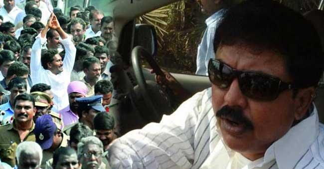 Chintamaneni Prabhakar gives Chocolates to YSRCP leaders at Jagan Padayatra