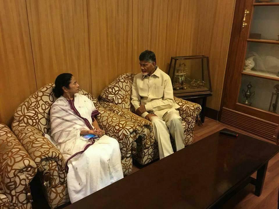 Chandrababu meets Mamata Banerjee