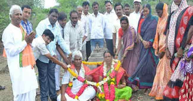 Karnataka Couple celebrates 18 wedding anniversary in graveyard