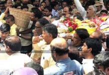 chandrababu naidu shows affection towards harikrishna by taking body