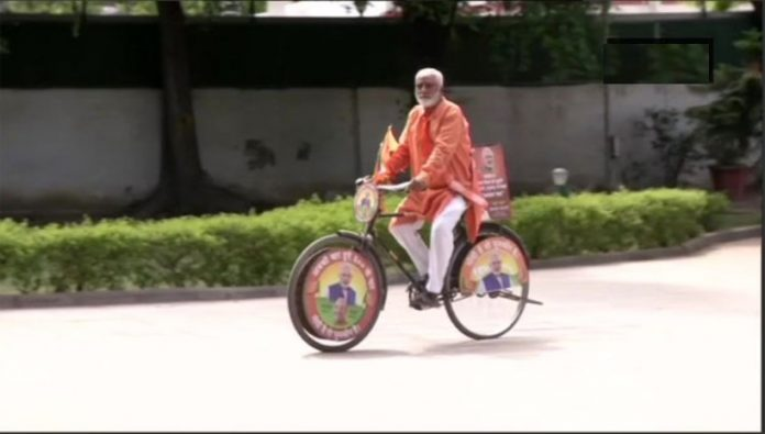 From Gujarat to Delhi on bicycle to wish Modi